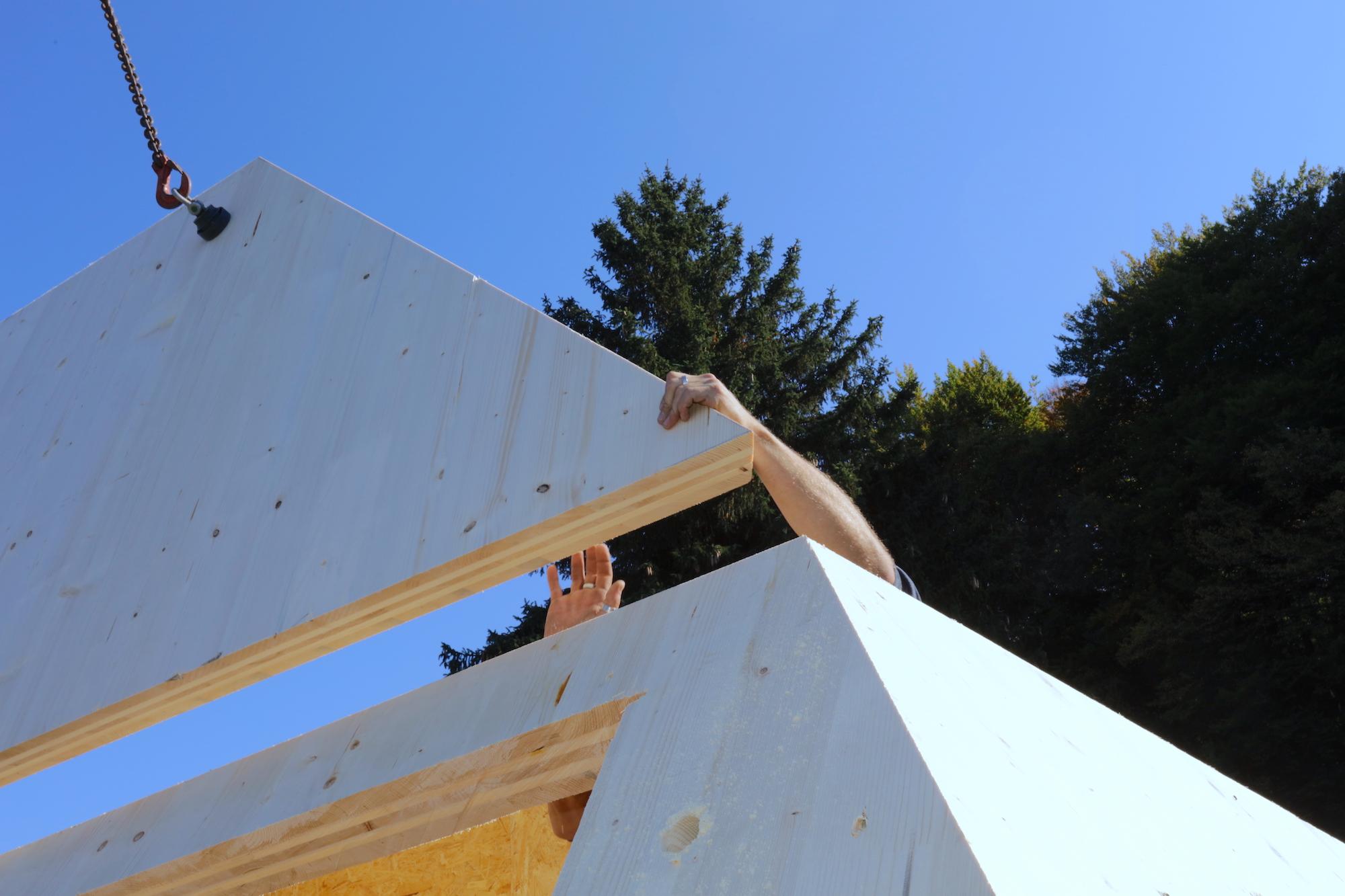 Montage eines Brettsperrholz-Elements für komplexe Dachform