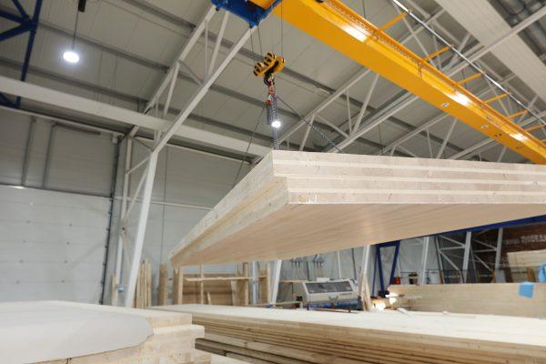 Verheben eines Brettsperrholz-Elements in der Produktionshalle