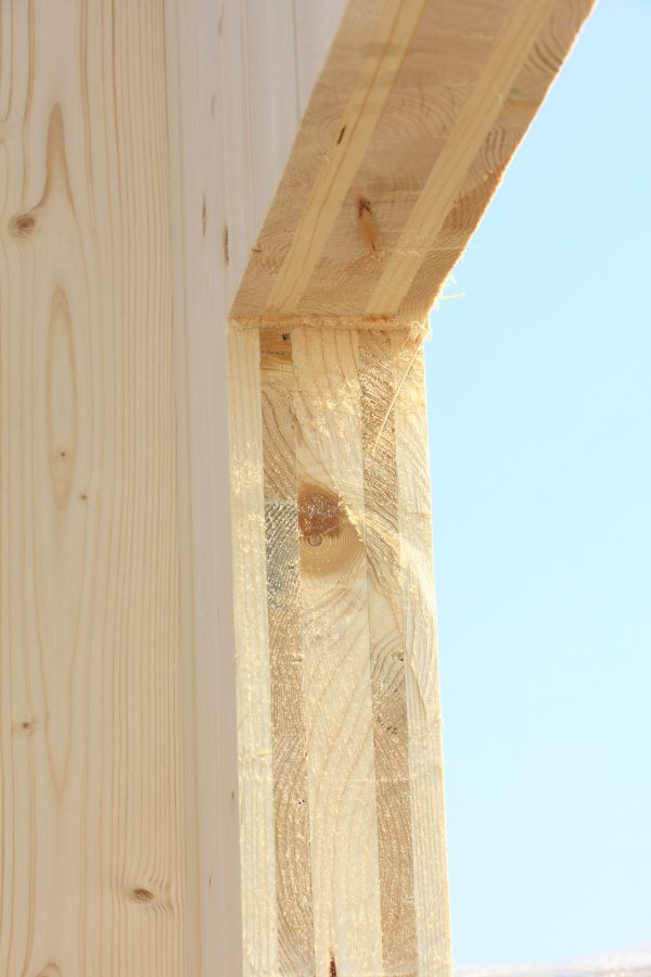 Ausschnitt eines Fensters in Brettsperrholz